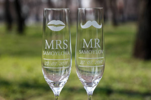Bride and Groom Wedding Glasses,Mr and Mrs Glasses,Glasses with date,wedding flutes with surname,Wedding Champagne Glasses,toasting flutes