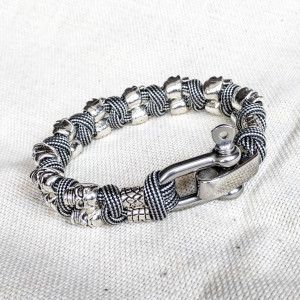 Silver skull paracord bracelet.  A great gift for men and women who prefer a brutal style and a symbol of the skull.  Celtic knots.