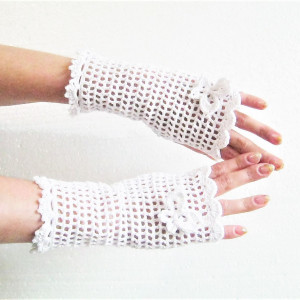 White lace crocheted mittens with pearl bead decoration, boho mittens for flower girls, wedding mittens, crochet mittens for lady