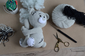 Crochet Pattern Teddy Bear Curtain Tieback, bear with a white nose and scars on the body, PATTERN in English