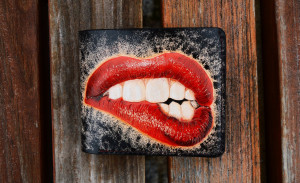 Lips & Teeth. Short leather carved wallet