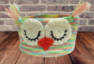 Knitted decorative basket owl