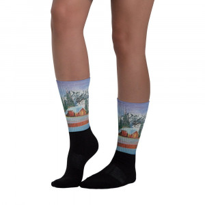 Socks House in the snowy mountains. These socks are extra comfortable thanks to their cushioned bottom. The artwork printed along the leg.